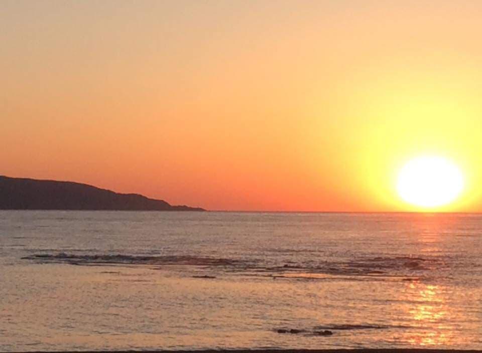 小西正尚が撮影した寿都湾に沈む赤い夕日の風景