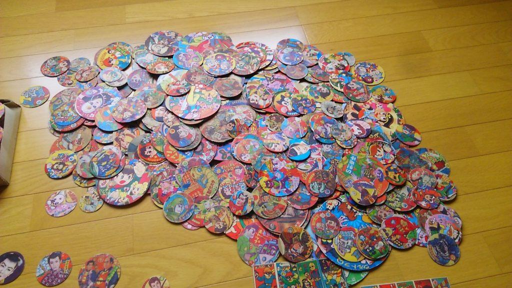 小西正尚が小学生の頃に集めためんこの中で一番多いのがこの丸めんこです。当時流行した漫画のキャラクターが描かれています。