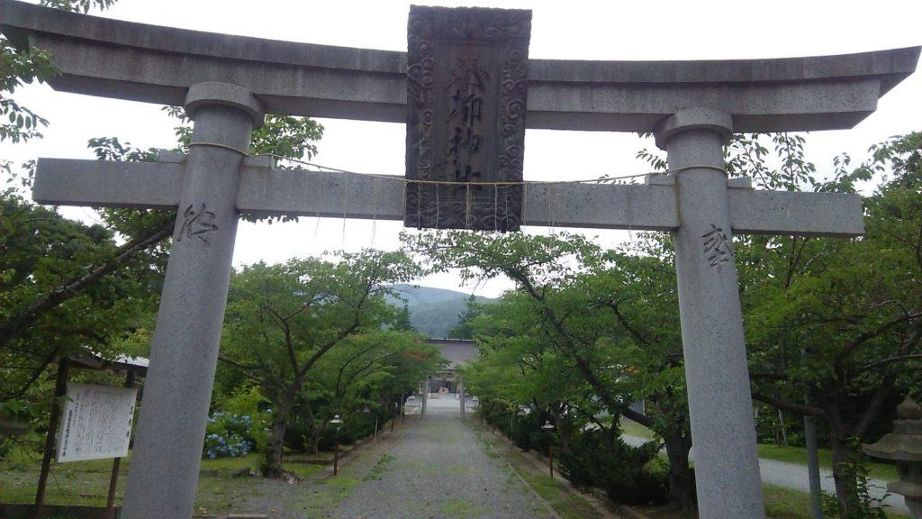 小西正尚撮影の寿都神社の鳥居からのぞく参道の写真