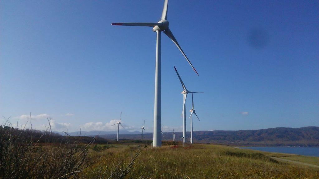 小西正尚が撮影。寿都町の海岸に並ぶ風車。寿都のだし風を受けて回転している姿を間近で見ることができる。