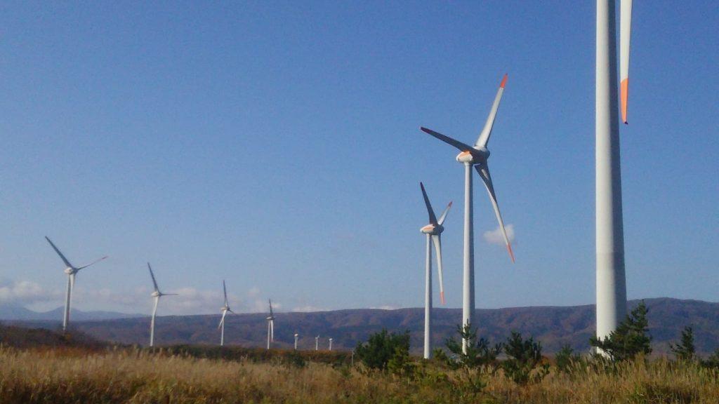 小西正尚が撮影した寿都町の風力発電施設。11基の風車が並んでいる。